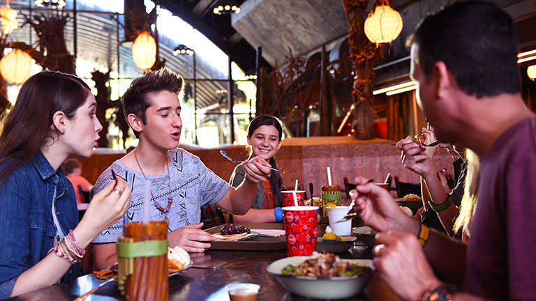 Teenagers eating at Satu'li Canteen Pandora - The World of Avatar Animal Kingdom